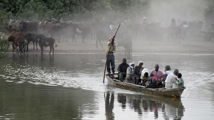 Vecinos locales atraviesan el lago Chad en un barco