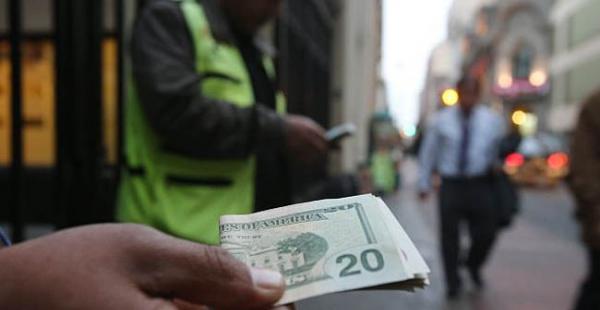 Desde 2011 la cotización del bolivianos frente al dólar se encuentra en 6,96 bolivianos para la venta y 6,86 para la compra