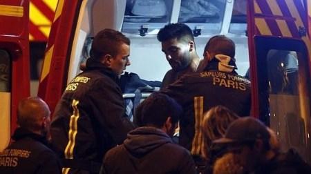 Un hombre herido se pone en un camión de bomberos junto al Estadio de Francia