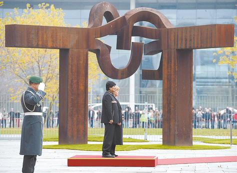 Berlín. Morales y Merkel junto al monumento a la reunificación de Alemania; hablaron sobre el mar.