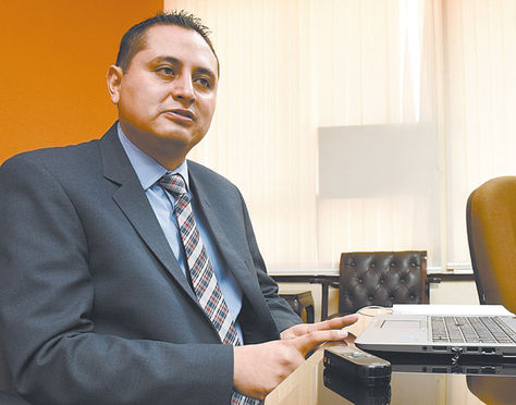 La Paz. El presidente ejecutivo de YPFB durante la entrevista concedida a La Razón en su despacho.
