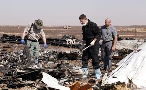 Fotografía de archivo tomada el 31 de octubre de 2015 que muestra restos del avión ruso que se estrelló el avión ruso en el Sinaí en Egipto. Rusia reconoció hoy, 17 de noviembre de 2015, que el avión ruso que se estrelló en Egipto con 224 personas a bordo explotó debido a una bomba colocada por terroristas. Foto: EFE