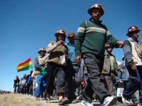 PROTESTA. Mineros marchan en una anterior oportunidad. -   Archivo La Prensa