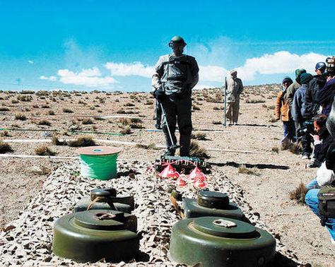 Dos minas antipersonales en la pampa Minatawa de la zona fronteriza de Chile y Bolivia en 2005.