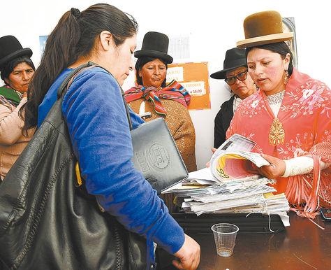 Medida. La representante del Consejo en La Paz (der.) interviene la oficina del juez Marcelo B., el miércoles.