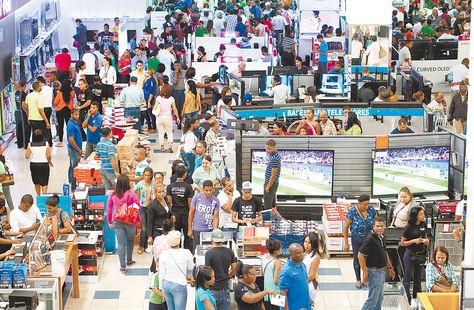 República Dominicana. Decenas de personas compran productos en el 'Black Friday' de 2014. Foto: EFE