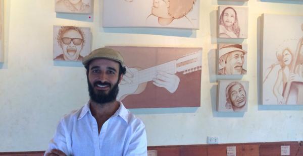 El artista Pedro Lázaro presenta su exposición 'Vino y Música' en el Centro Cultural de Samaipata