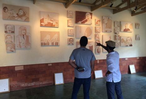 El artista explica sus obras