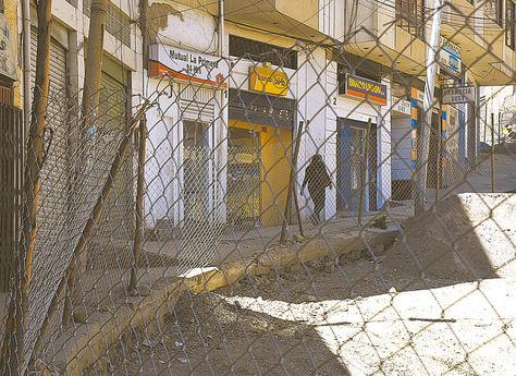 Peligro. Cuatro de los cinco cajeros automáticos ubicados en la plaza El Cóndor donde los antisociales pernoctan