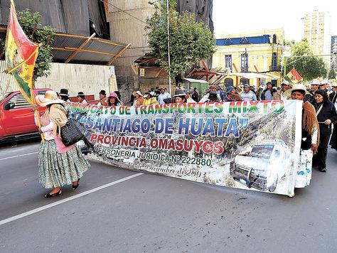 Presión. Familiares de choferes interprovinciales avanzan por la Mariscal Santa Cruz. La marcha acabó en bloqueo.