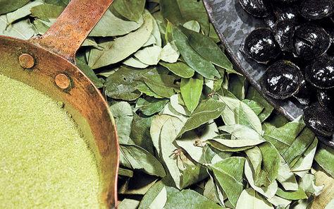 Producto. Coca molida, hojas de la planta ancestral y dulces en la factoría de Icori en Cota Cota.