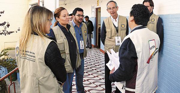 Los vocales electorales revisan el padrón con los técnicos de la OEA, que recomiendan más seguridad