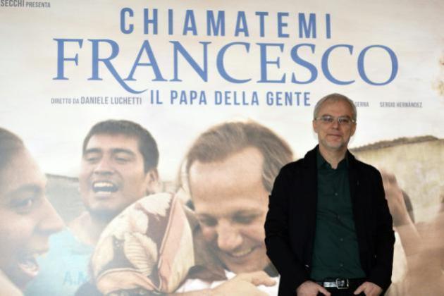 """El cineasta italiano Daniele Luchetti posa durante el lanzamiento del filme """"Llámenme Francisco"""", sobre la vida del papa, el 26 de noviembre de 2015 en Roma"""