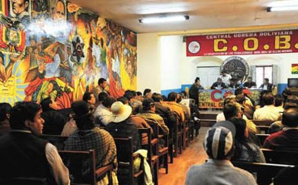 ENCUENTRO. Los trabajadores analizan su situación en una anterior reunión. -   Archivo La Prensa