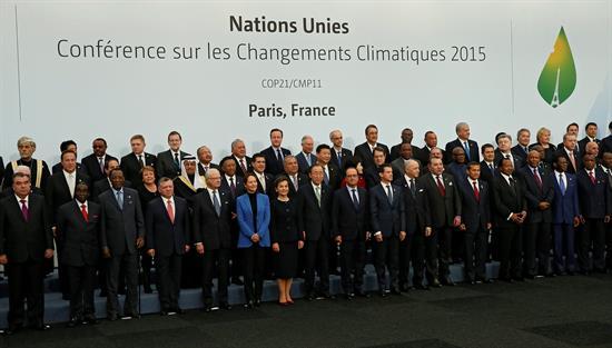 Líderes mundiales posan para la foto conjunta de la COP21 en París.