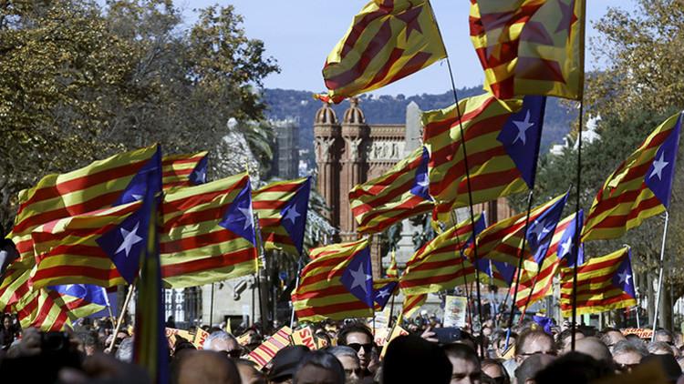 Partidarios de la independencia de Cataluña en una manifestación a favor de la unidad de los partidos proindependentistas en Barcelona, España