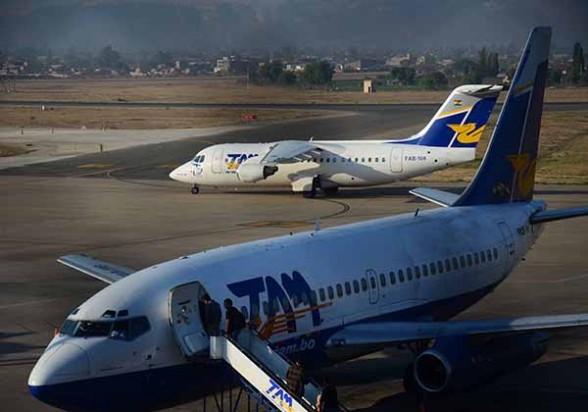 Aeronaves del TAM en el aeropuerto Jorge Wilstermann. - Carlos López Gamboa Los Tiempos