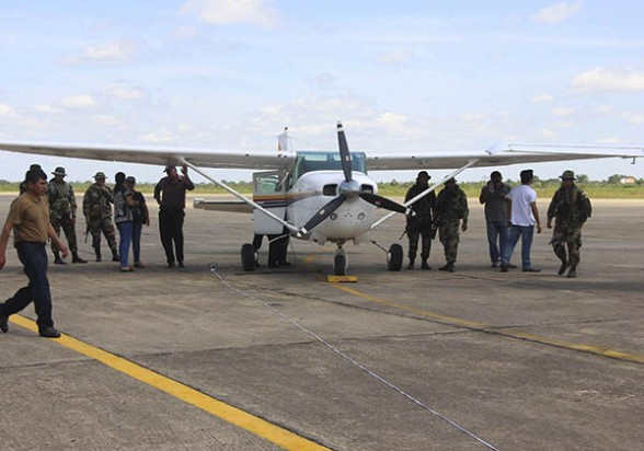 Una de las avionetas incautadas al narco, presentada en el aeropuerto de Trinidad. -   Apg Agencia