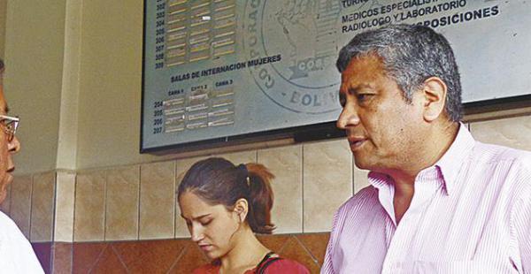 Hernán Cabrera estuvo ayer en el hospital Cossmil por el soldado