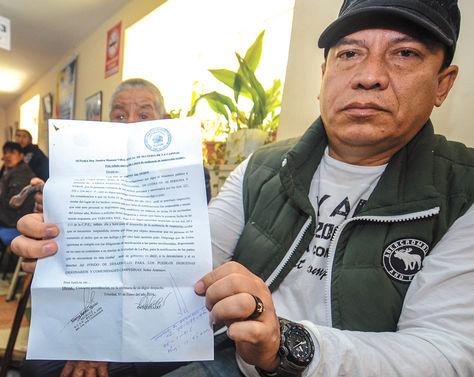 Denuncia. Marco Aramayo muestra un documento del Fondioc.