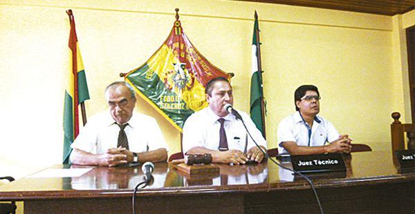 El juez Yaveta (centro) hizo conocer la decisión de la magistratura
