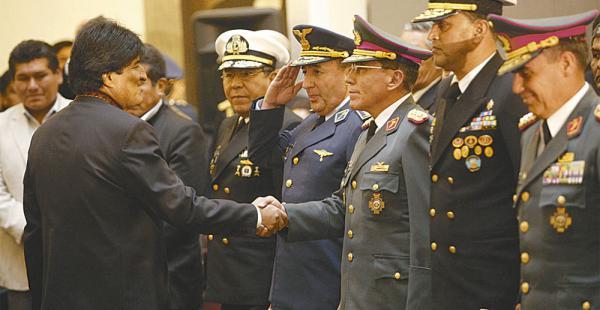 El presidente Evo Morales abrió el debate para aumentar el mandato del Alto Mando Militar