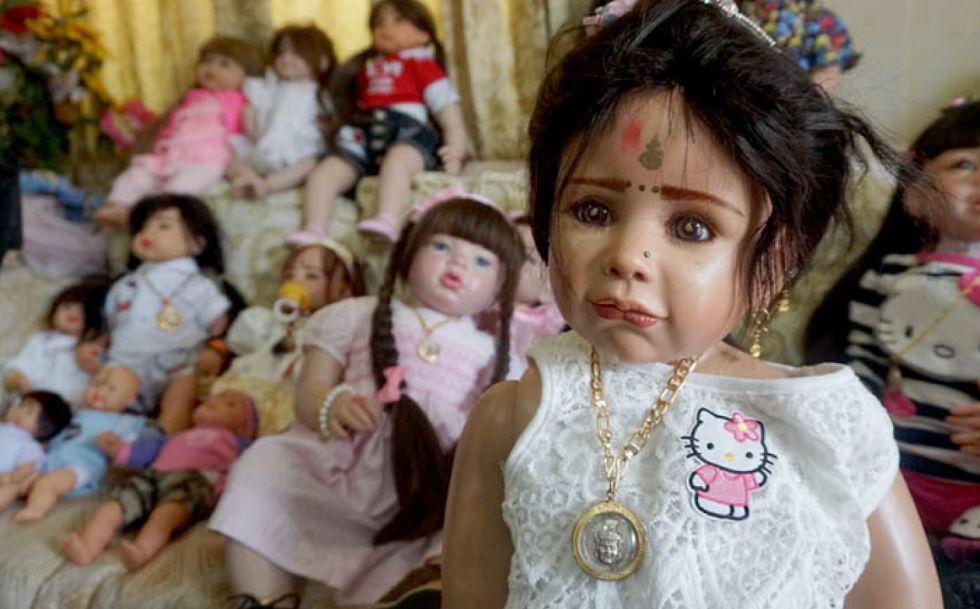 Los dueños de las muñecas Look thep las tratan como si fueran seres humanos.
