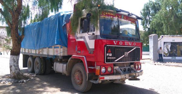 Uno de los camiones retenidos por uniformados del Ejército