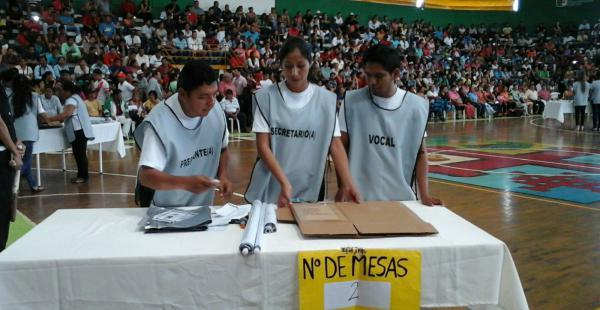 Un grupo de personas realizaron un simulacro sobre cómo deben proceder el día de la votación en sus respectivas mesas de votación