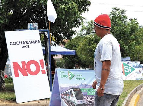 Cochabamba.Una avenida con carteles sobre las opciones del referéndum.