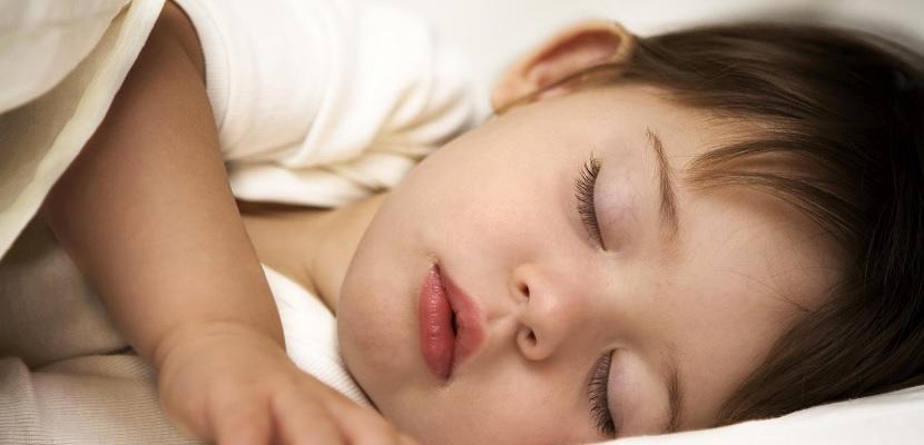 Ni%C3%B1o durmiendo 5 razones por las que no debes de comprarle un smartphone a tu hijo