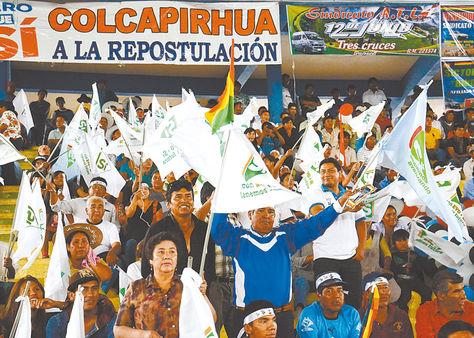 Proselitismo. Militantes del Movimiento Al Socialismo (MAS) promueven el Sí en un acto de campaña con banderas que consignan esa opción.