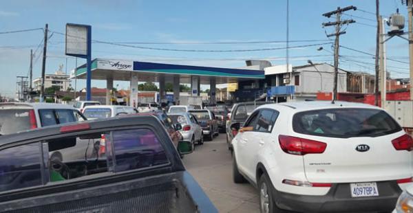 Conductores colapsan la atención de algunas estaciones de servicio en busca de carburante