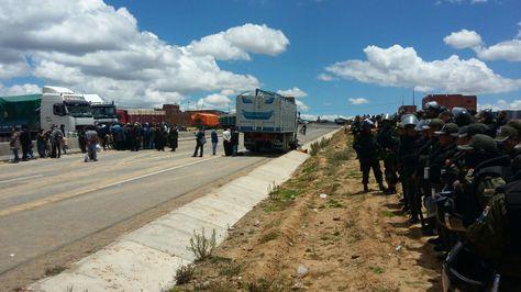 La Policía consiguió despejar el bloqueo en la Apacheta, en la ruta  La Paz - Oruro. Foto: Miguel Carrasco