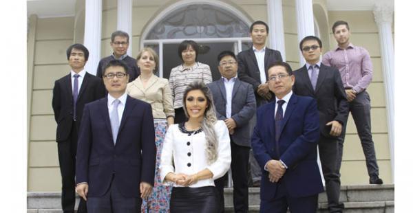 Gabriela Zapata posa junto al equipo de empresarios que conforman la firma CAMC. La imagen fue la portada de una separata
