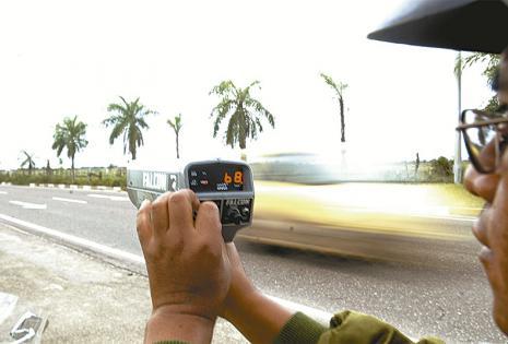 CONTROL DE VELOCIDAD. Un efectivo de la Policía Caminera con una pistola de radar controla la velocidad de los conductores