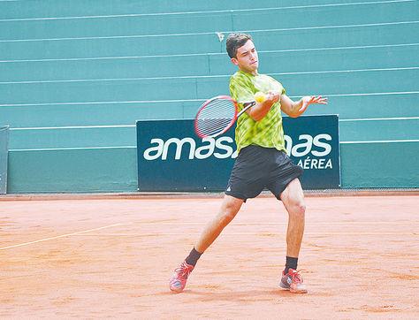 Ganador. El brasileño Gabriel Bugiga durante su partido de ayer en el Club de Tenis. Foto: Club de Tenis de La Paz
