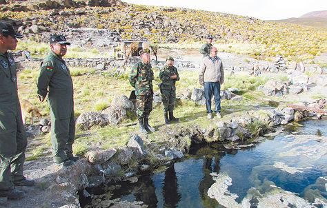 Supervisión. Tres efectivos de las FFAA junto al ministro de Defensa,ReymiFerreira, en una visita a la frontera.