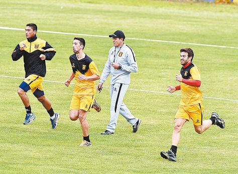 Práctica. Soria (de plomo) dirige el trabajo físico de ayer. Maldonado (izq.), Torres y Alonso trotan.