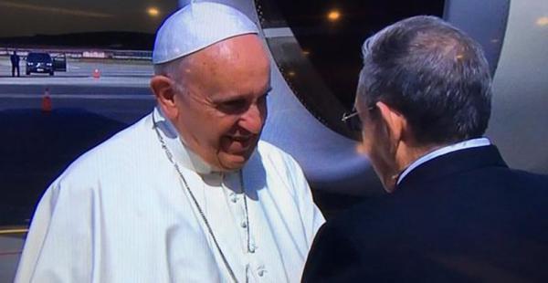 El papa Francisco es recibido por el presidente de Cuba, Raúl Castro, a su llegada a La Habana