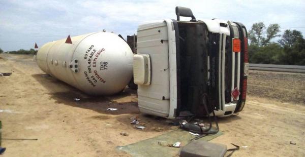 El motorizado transportaba el carburante desde territorio nacional al vecino país y sufrió el percance en la ruta.