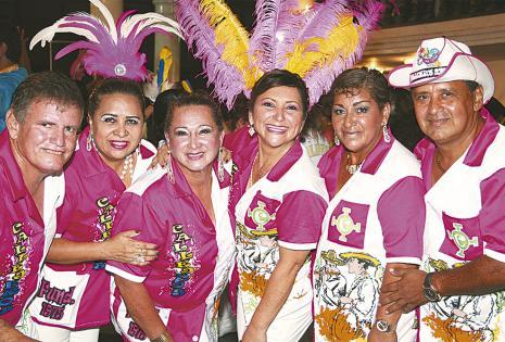 Delicia Flores, Mariela Gutiérrez, Alicia Tuero y Ruly Justiniano de la comparsa Callejeros, muy vistosos con sus casacas y ellas con sus plumas