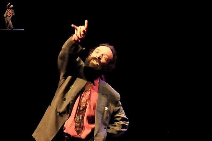 """MONÓLOGO. Aguirre interpretando """"120 Kilos de Jazz"""" de César Brie."""