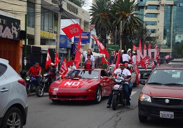Una caravana por el No recorrió varios puntos de la ciudad y también parte de Quillacollo y Sacaba, ayer. - Diego Cartagena Periodista Invitado