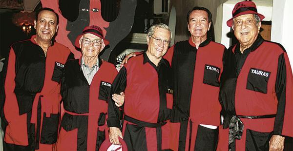 Ricardo Abuawad, Édgar Landívar, Carlo Zambrana, Erland Camacho y Roberto Nazer, cinco de los 73 socios de la comparsa rojo y negro