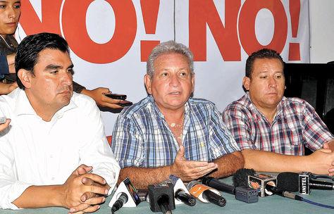 Rubén Costas (centro), junto a Leyes (izquierda) y otro dirigente regional de su partido.