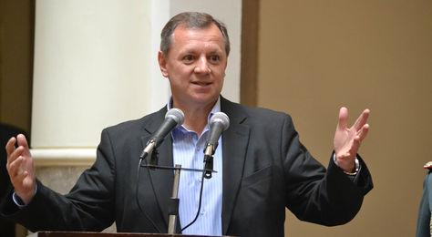 El presidente en ejercicio Alberto Gonzáles en la promulgación de la ley de convocatoria al referendum de repostulación