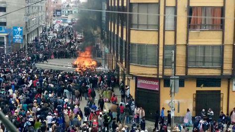 Padres de Familia se apostaron en las puertas del edificio donde funcionan las oficinas de la Alcaldía de El Alto, cerca de la Ceja. Foto: Alejandro Medinaceli