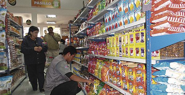 El público destacó la oferta que hay en el supermercado estatal. Piden que también se vendan res y pollo