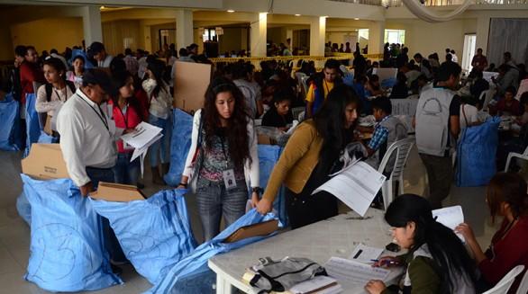 Notarios electorales recogen el material en el Tribunal Electoral Departamental de Cochabamba para el referendo del próximo domingo. Asimismo, la presidenta del Tribunal Supremo Electoral, Kathia Uriona, anunció que ya están en el país 70 observadores. - José Rocha Los Tiempos